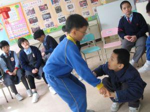 同學有困難,要幫助他呢。